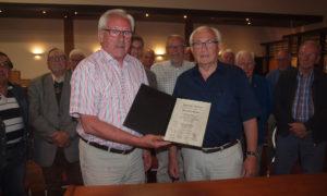 Abschied: Vorstandsmitglied Detlef Eggers (rechts) überreichte Claus Schomakers eine Ehrenurkunde. Foto: Theo Hinrichs