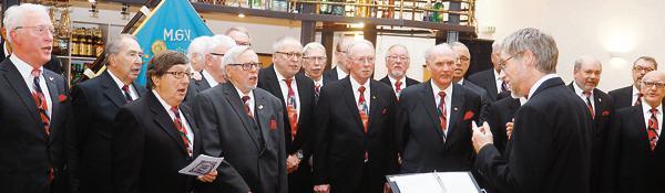 """Der Männergesangverein """"Cloppenburger Liederkranz"""" beim Auftritt zur Feier seines 180-jährigen Bestehens im Saal Taphorn. Bild: Theo Hinrichs"""